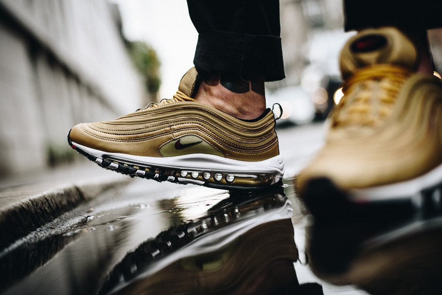 NIKE AIR MAX 97 OG QS | METALLIC GOLD VARSITY RED | 884421