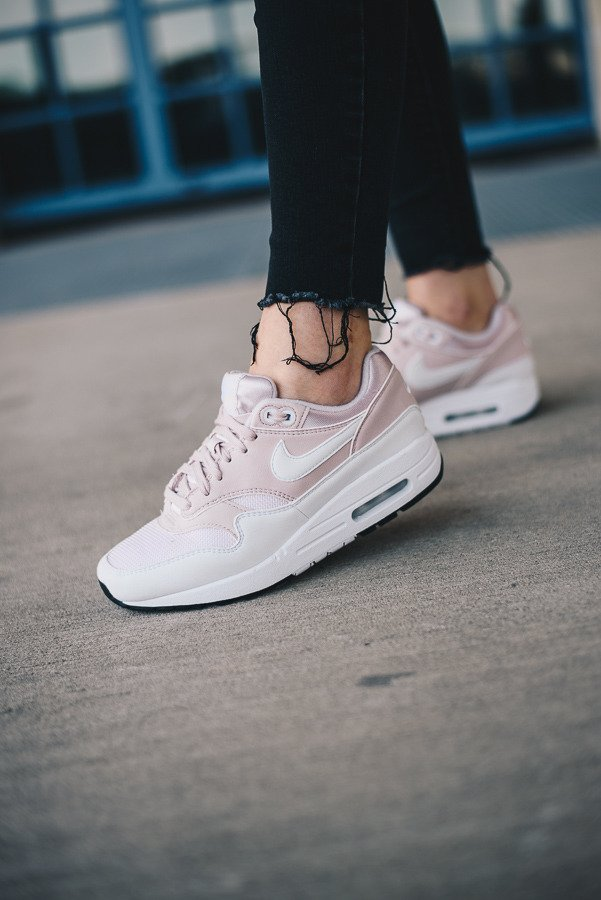 Nike WMNS Air Max 1 Trainers 319986 115 | White